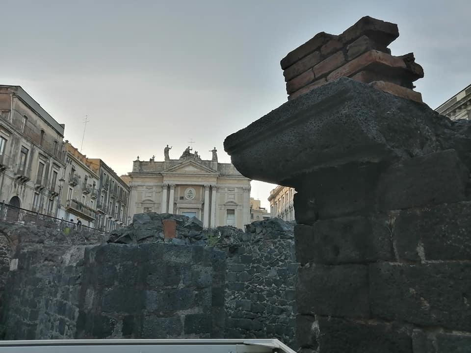 L'anfiteatro romano di piazza Stesicoro è uno dei monumenti più importanti del patrimonio culturale della nostra Isola. L'anfiteatro di Catania è strutturalmente il più complesso degli anfiteatri siciliani e il più grande in Sicilia.