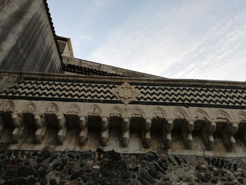 Dettagli del bellissimo parapetto del Balcone dell'antico palazzo Platamone dove emergono il motivo decorativo a chevron, gli elementi architettonici con decorazioni tardomedievali e lo stemma della famiglia.
