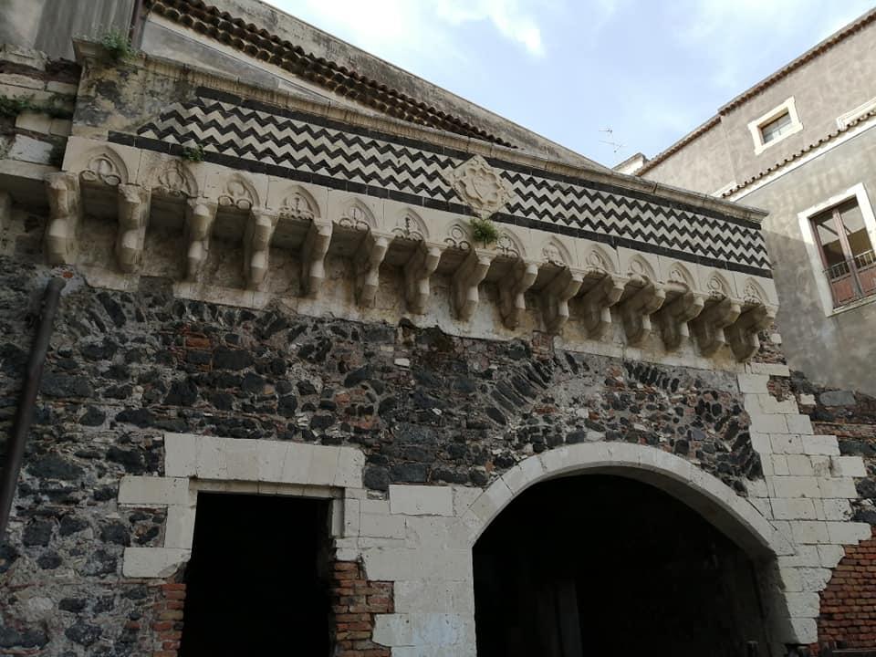 Ciò che rimane delle antiche vestigia del palazzo nobiliare dei Platamone è questa struttura dove spicca lo stemma della famiglia, caratterizzato dal monte Etna, dalle 3 conchiglie, di motivi geometrici e floreali su cui spicca il giglio.