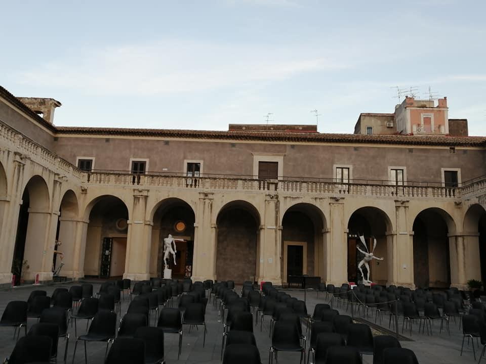 Negli anni Novanta, Palazzo Platamone è diventato Palazzo della Cultura,  il polo culturale principale della città assieme a Castello Ursino.