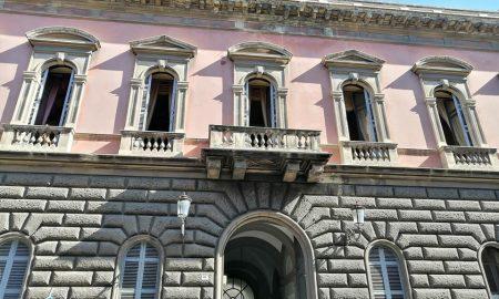 La Facciata principale di Palazzo Libertini presenta l'alternaza del bugnato alpian terreno con alternato al primo piano elementi propri dell'architettura classica rinascimentale