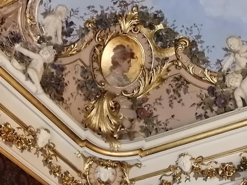 I bellissimi stucchi impreziosiscono gli affreschi in uno dei dettagli delle decorazioni che abbelliscono le sale di Palazzo Libertini Scuderi