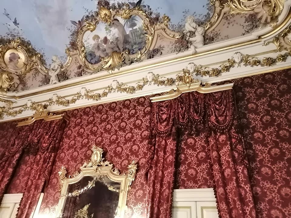 Il palazzo conserva affreschi, stucchi, dorature, rimasti intatti, tappezzerie e arredi d'epoca. Qui, un dettaglio della bellissima sala rossa, conosciuta anche come Salone degli specchi o sala delle feste, realizzata con oro zecchino e porporina.