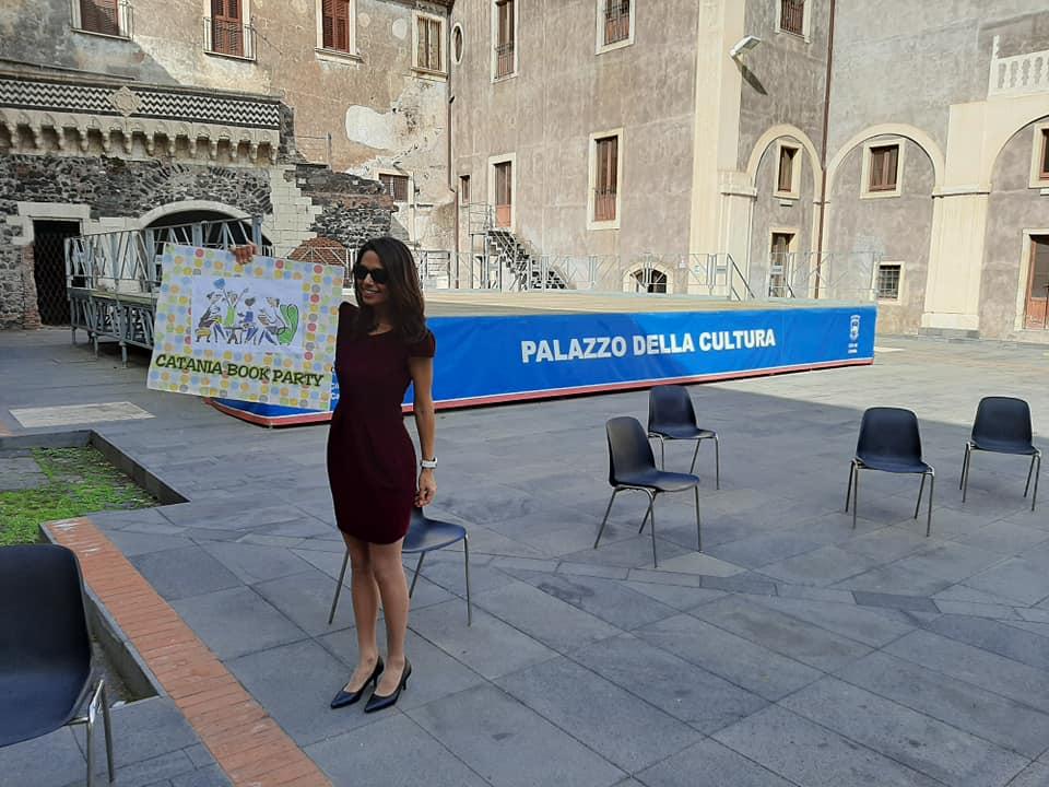 """Valentina Carmen Chisari è l'ideatrice di Catania Book Party; è giornalista, è una delle autrici dei racconti contenuti nell'antologia """"Catanesi per sempre""""), autrice di un libro per bambini e lettrice volontaria appartenente al programma nazionale """"Nati per Leggere""""."""