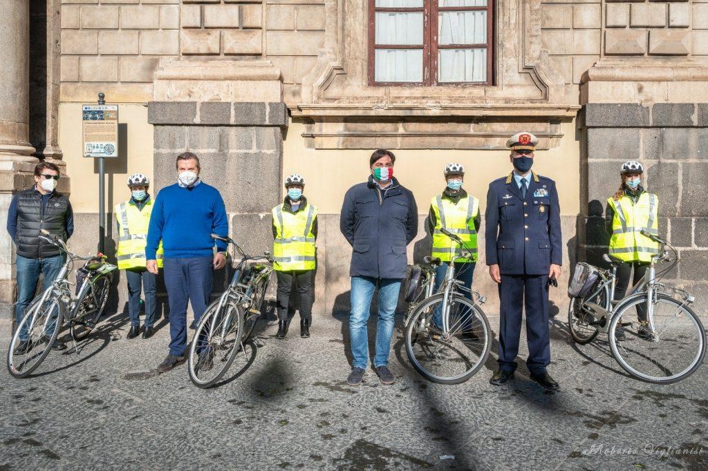 I neo assunti agenti di polizia municipale già attivi nelle vie del centro storico grazie anche alle biciclette messe a loro disposizione dal Comune.