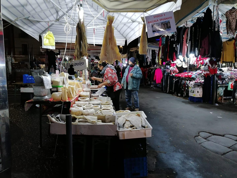 Alcune postazioni in cui si  vende il baccalà, prodotto ittico fra i più diffusi e preparati. Qui ci troviamo nella storica fera o luni