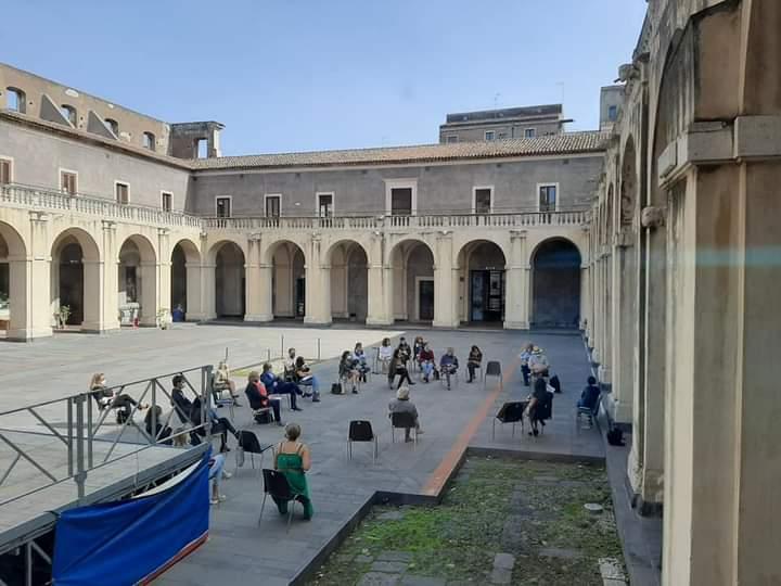 Palazzo Platamone è la location prescelta per la realizzazione degli incontri mensili dal vivo di Catania Book Party. Oggi gli incontri si tengono sulle piattaforme per via delle restrizioni dovute al contenimento del contagio da Covid 19.