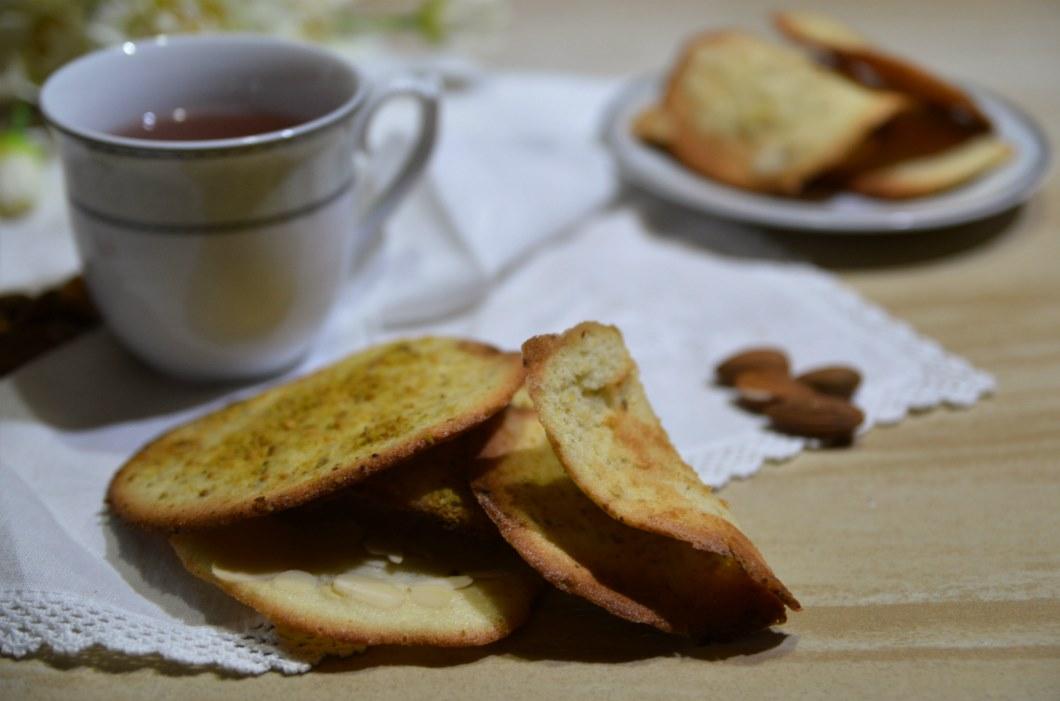 Le foglie da tè di Zafferana etnea richiamano nell'aspetto una foglia accartocciata e sono fatta con farina, burro albume, aromi e frutta secca, cioccolato o spezie.