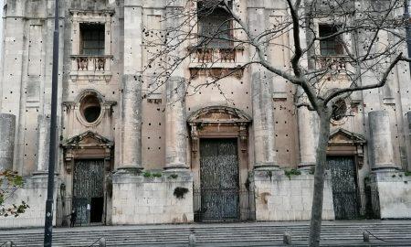 I portoni lignei della chiesa di San Nicolò L'Arena saranno presto restaurati grazie ai proventi raccolti dal comune, dalla tassa di soggiorno