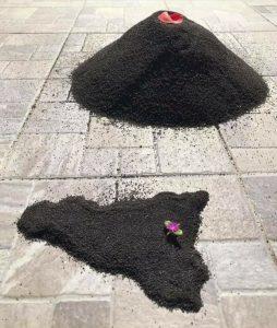 artisti locali hanno realizzato suggestive creazioni artistiche con la cenere lavica