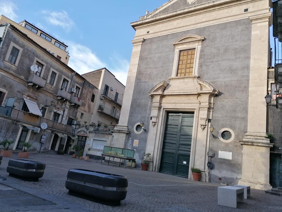 I nuovi arredi della piazzetta della Chiesa di Sant'Agata la Vetere che rendono lo slargo isola pedonale