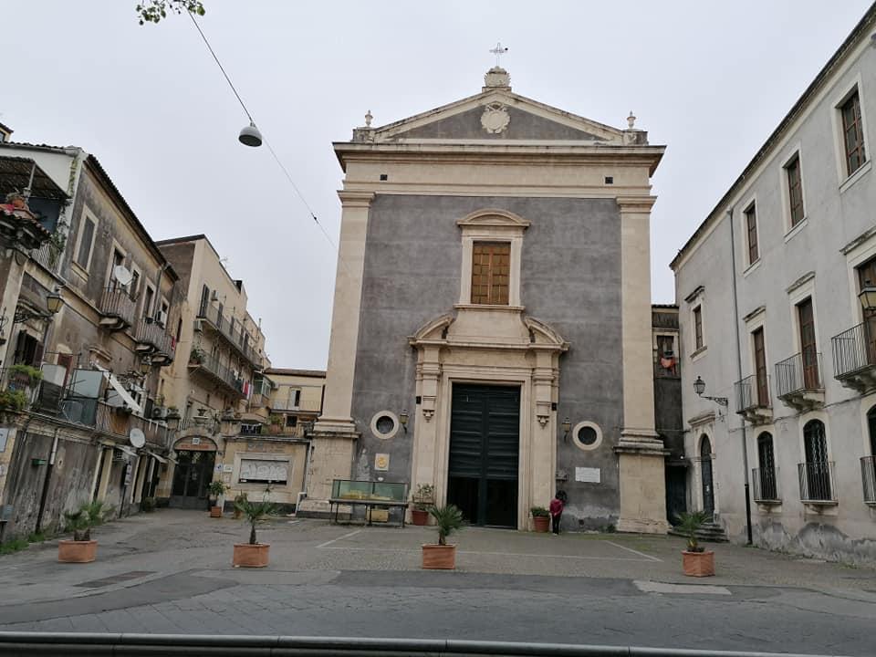 Tolta al dominio dei parcheggiatori abusivi, fatta respirare dalle auto che la affollavano: ecco il nuovo aspetto della chiesa di s. agata la Vetere