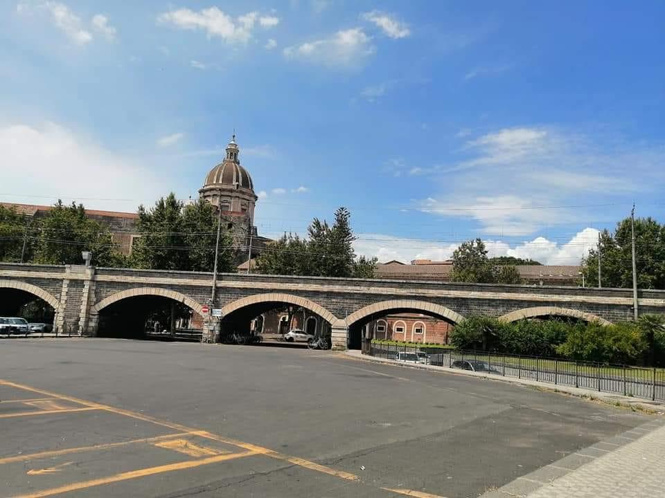 Il viadotto che dà vita agli archi della Marina, visto da piazza Paolo Borsellino.