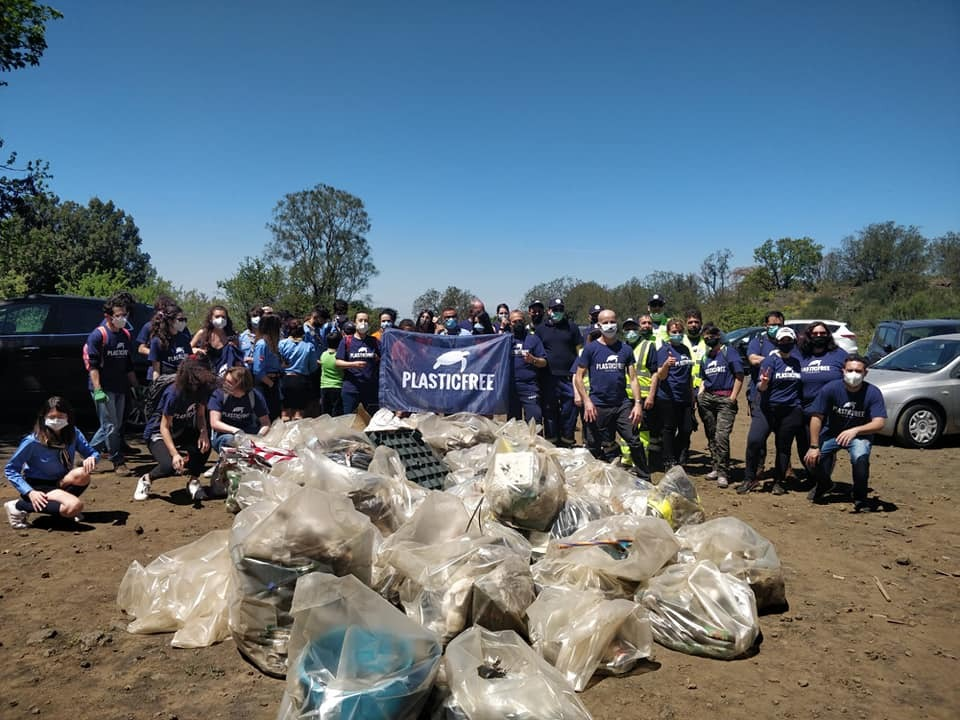 L'azione concreta dei tanti volontari di Plastic free nel liberare il nostro territorio dai rifiuti