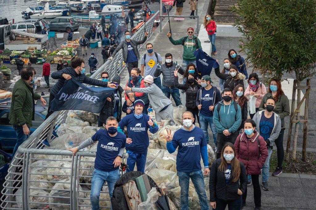 volontari catanesi di Plastic free ripuliscono il porticciolo di Ognina
