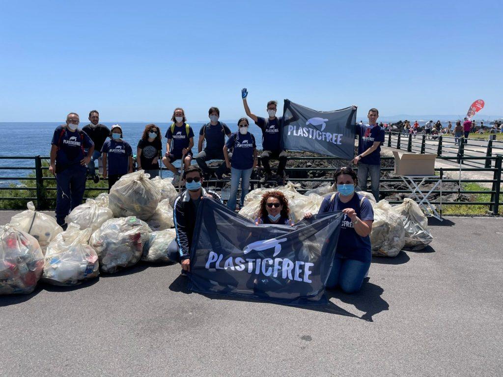 I volontari catanesi di Plastic Free ripuliscono la scogliera
