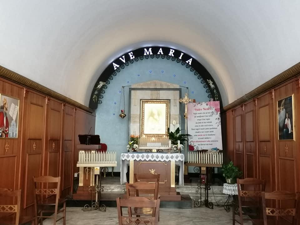 una piccola stanza in cui in fondo si trovano l'altare e il quadro mariano caratterizzano la cappella dedicata a Maria delle Grazie