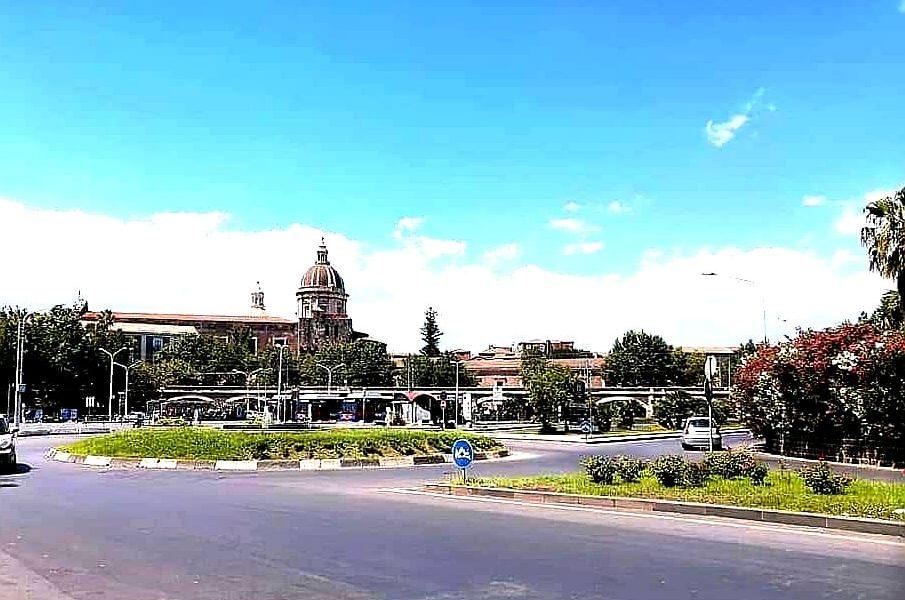 Gli archi della Marina sono tra i simboli architettonici più conosciuti di Catania. La storia della loro costruzione è controversa e curiosa. Si tratta di un viadotto ferroviario che collega Catania a Siracusa, formato da 56 archi realizzati con la tipica pietra lavica e pietra bianca calcarea