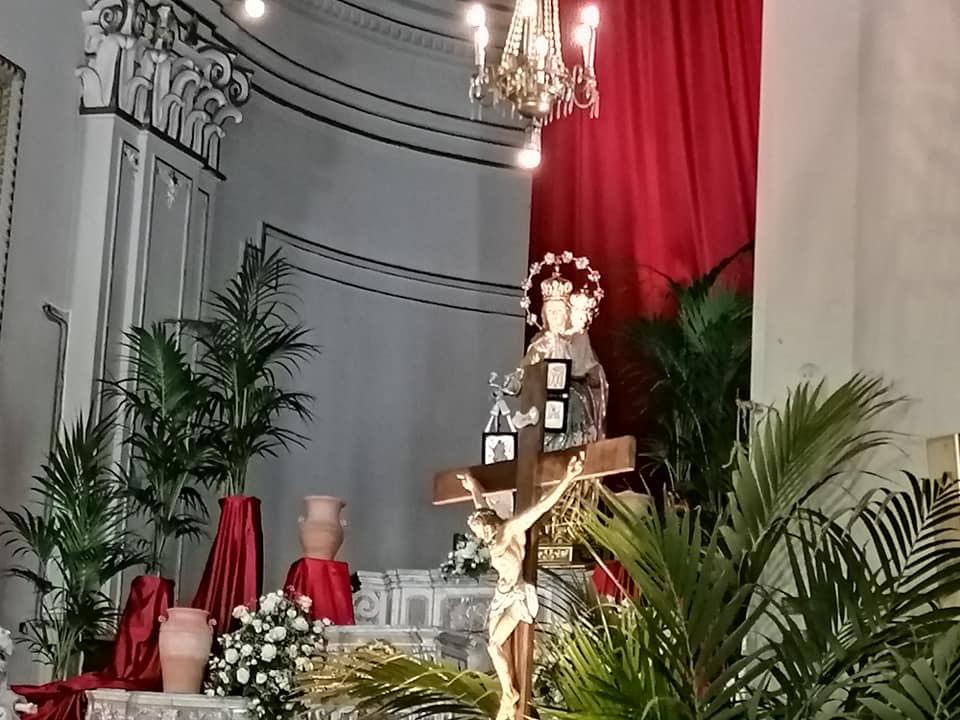 Uno dei momenti più toccanti è la posa nell'altare maggiore del simulacro della Madonna del Carmelo sull'altare maggiore.