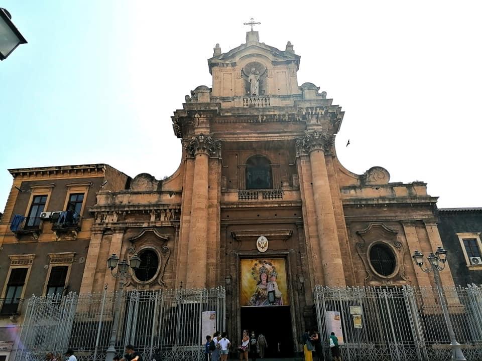 la chiesa della Madonna del Carmelo in piazza Carlo Alberto, accoglie sin dai primi di luglio i pellegrini che vengono a pregarla e chiedere grazie.