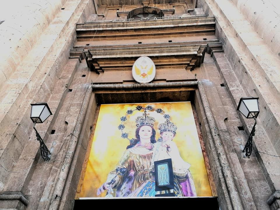 L'effige della Madonna del Carmelo posta sul portale della Chiesa che si affaccia su Piazza Carlo Alberto, terza chiesa più grande per dimensioni della città di Catania.