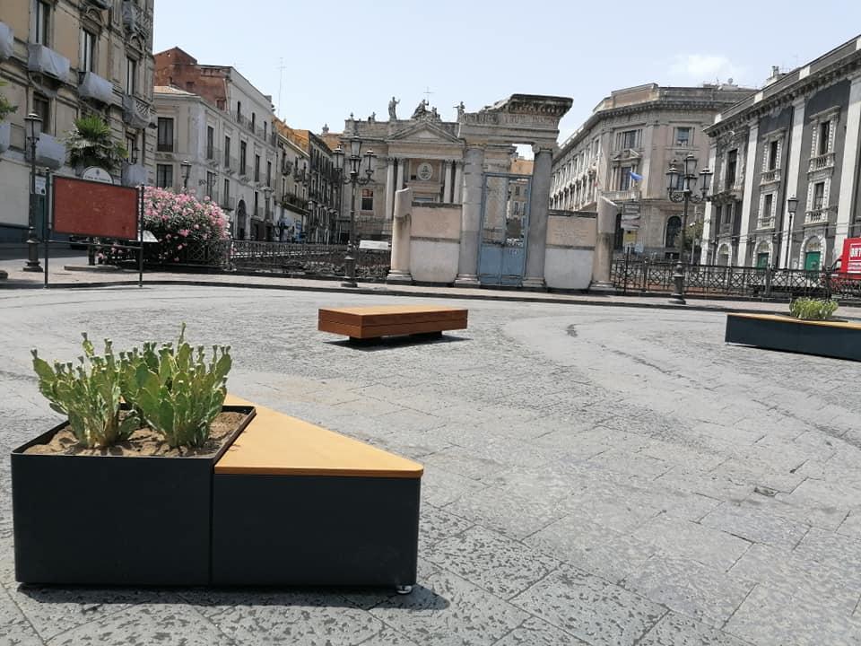 le nuove panche in Piazza Stesicoro sono state criticate per la forma, il materiale e i fiori che abbellivano le fioriere.