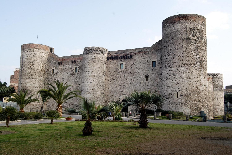 Maria di Sicilia, Castello Ursino, luogo in cui la giovane donna visse costretta