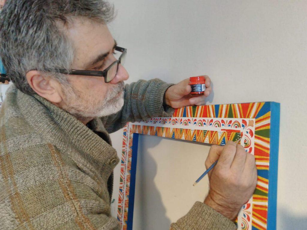 Salvo Finocchiaro docente, appassionato ditradizioni marinare,decoratore di barche,modellista e realizzatore di graziosi gadget marinari.