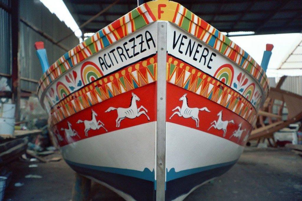 """la """"sardara"""", ovvero la barca tipica con cui si pescano le sarde, di proprietà e decorata da Salvo Finocchiaro"""