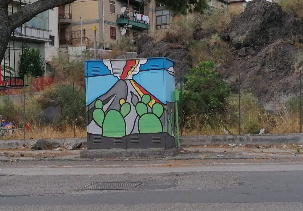 """Cabine del gas decorate dagli studenti catanesi: questa si trova in via Felice Fontana, in zona Nesima, opera di Federica Coco, """"Sauro Giovanni XXIII""""."""