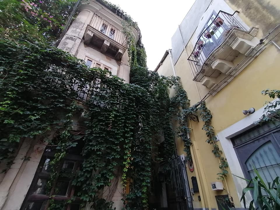 Palazzo Stidda  colpisce per la sua forma, valorizzata ad hoc da verde e da illuminazione artistica realizzata dai proprietari attuali che lo hanno trasformato in B&B