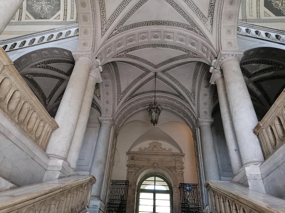 Lo scalone monumentale riprende nella struttura numerose caratteristiche tipiche delle scalinate dei palazzi reali