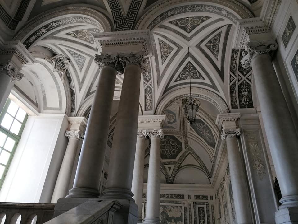 La struttura dello scalone monumentale del monastero dei Benedettini presenta elementi tipici dell'arte tardo barocca tendente al Neoclassicismo