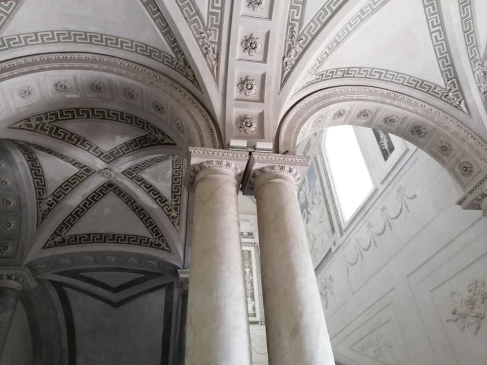 Colonne, capitelli, volte a crociera, motivi geometrici e floreali caratterizzano lo scalone monumentale del monastero dei Benedettini