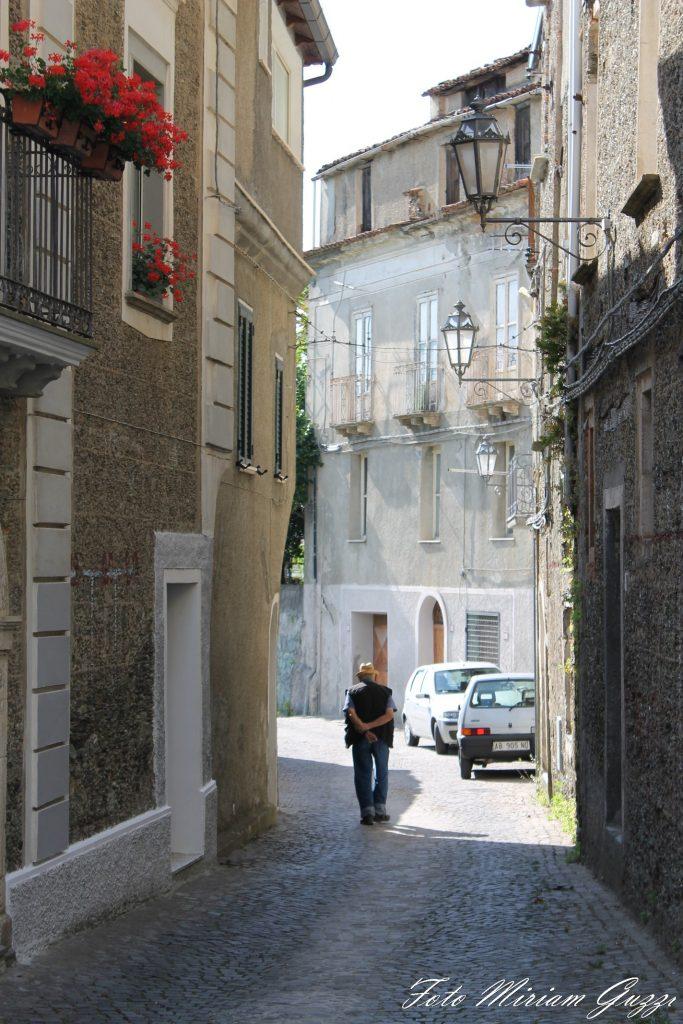 Uomo passeggia in un vicolo du casale