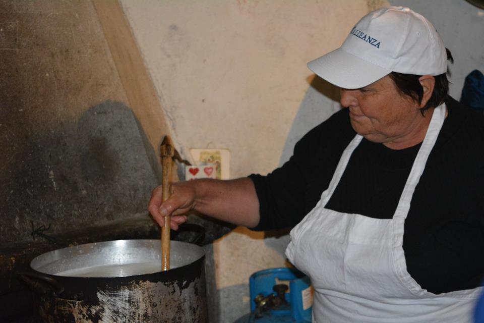pascolo:  una signora che fa il formaggio