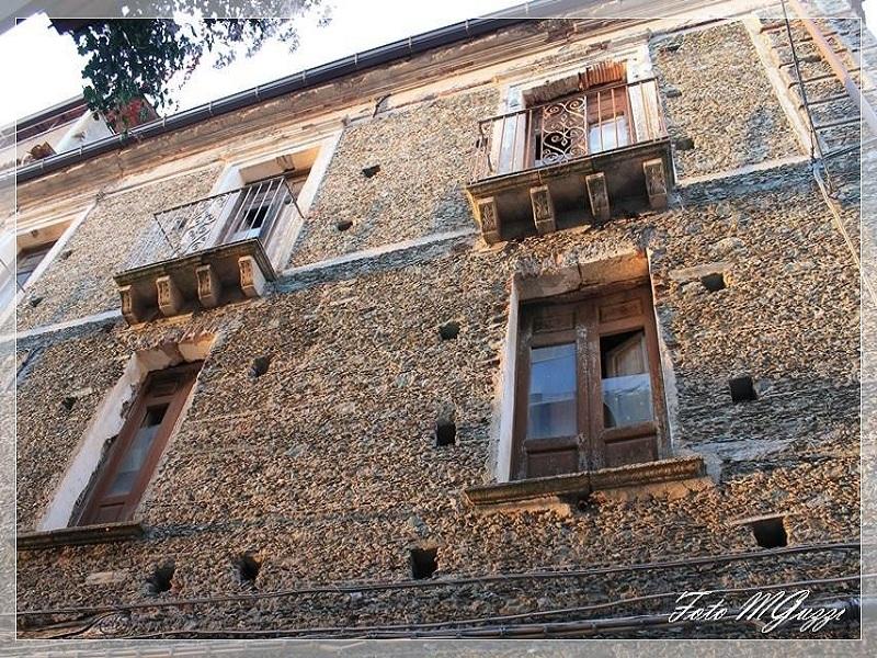 incanto: la facciata di un palazzo