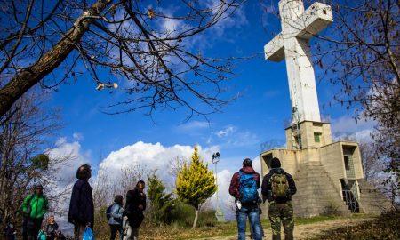 Croce e ragazzi che la guardano