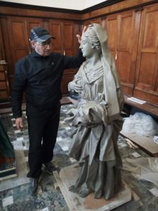 La replica della Madonna è d'argilla.