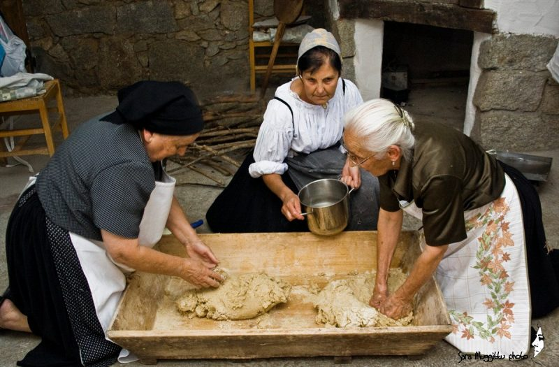 pane fatto in casa: donne che impastano