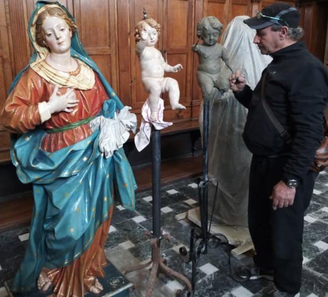 Copia della statua della madonna lo scultore a lavoro