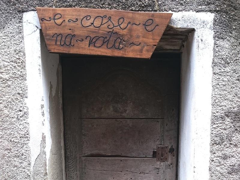 un vecchio portone dell'antico borgo