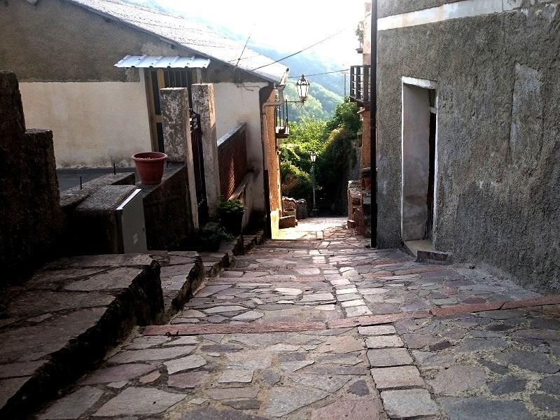 Antico borgo: la discesa per Trazzinu