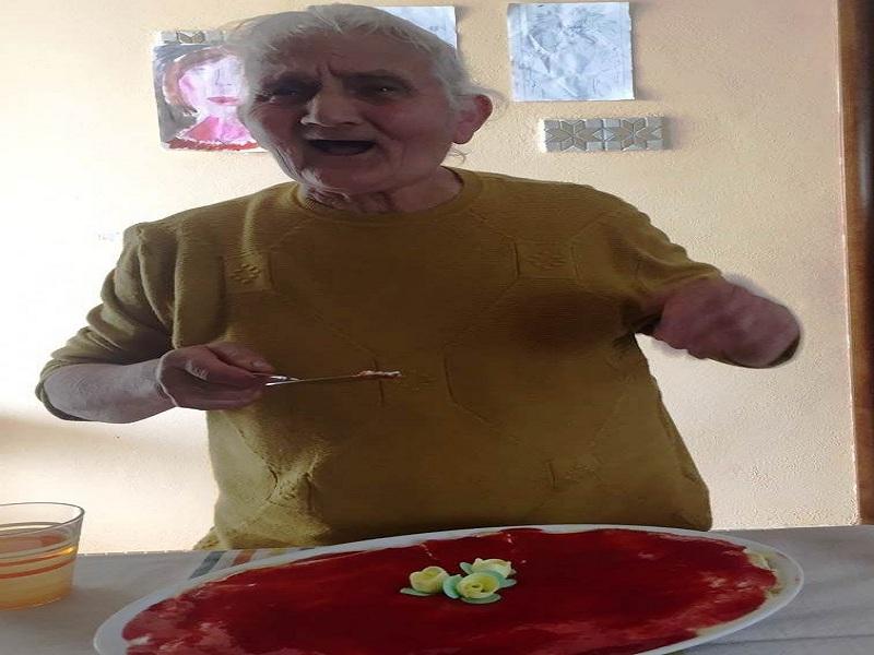 Sara Scalzo che taglia il dolce del suo compleanno
