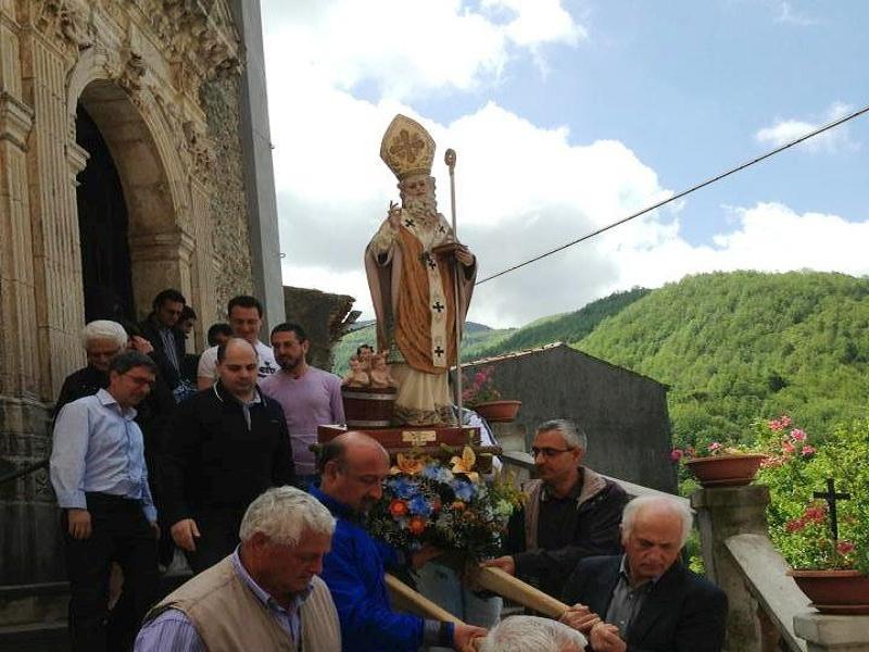 San Nicola Piccolo esce dalla chiesa