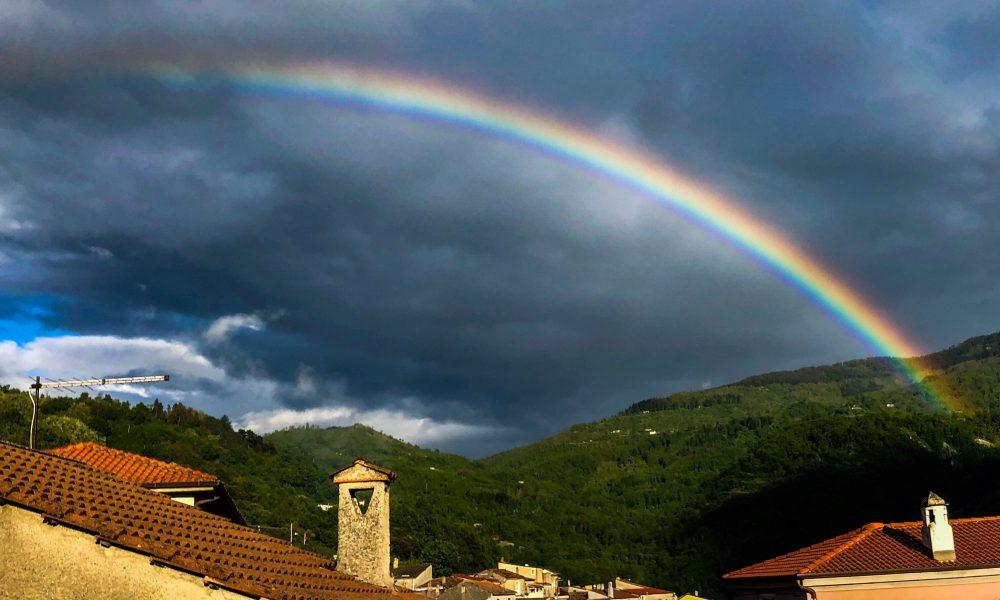 Chi desidera vedere l'arcobaleno deve imparare ad amare la pioggia