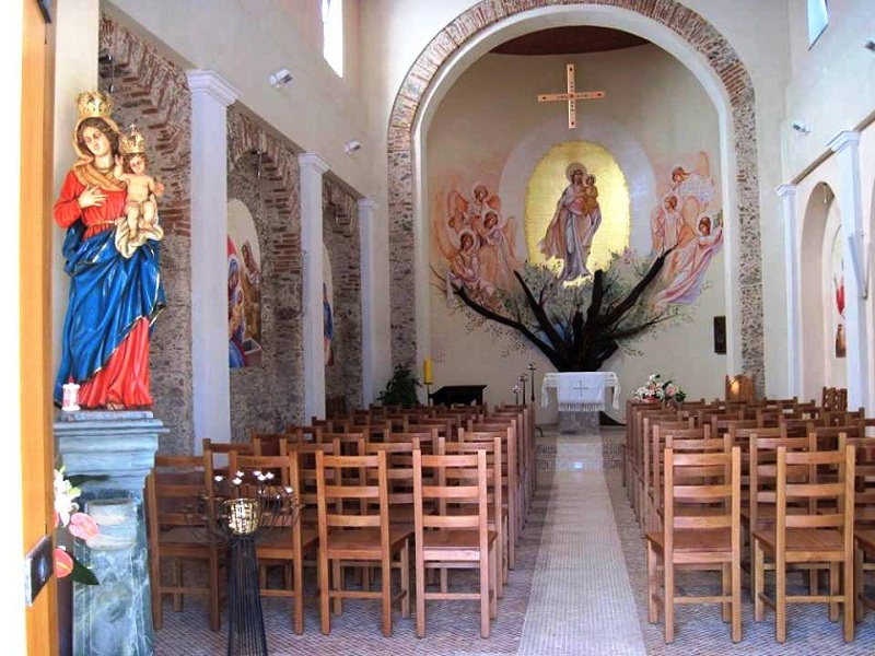 Querciola: l'interno della chiesa
