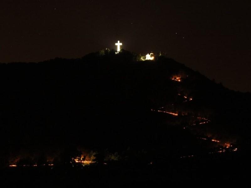La Fiaccolata: Montagna colorata dalle luci
