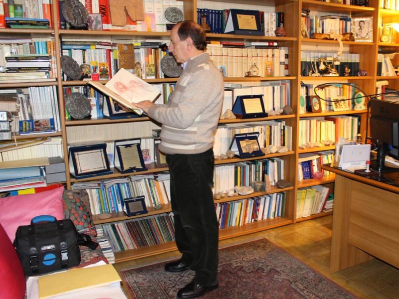 Il professore in mezzo ai libri