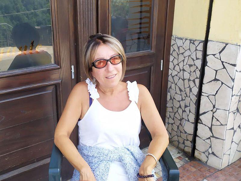 Riccardina Roperto: seduta davanti al pub